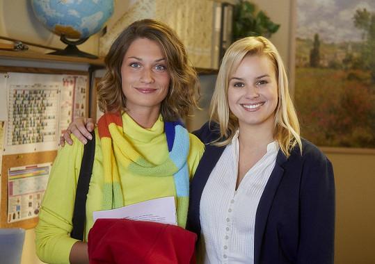 Veronika Čermák Macková (vlevo) hraje v seriálu kamarádku Terezy, Patricie Solaříkové.