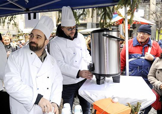 Do rozlévání polévky se pustili zpěváci Marian Vojtko a Petr Kutheil.