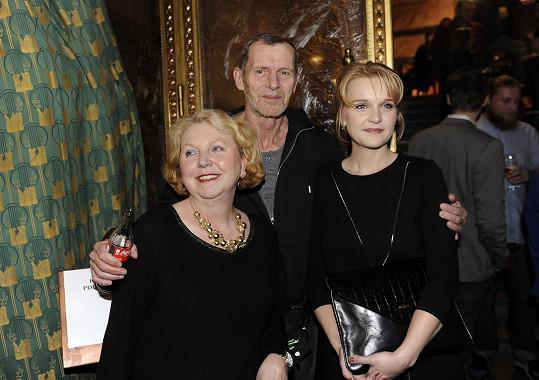 Jiří Schmitzer s manželkou a dcerou na premiéře Padesátky