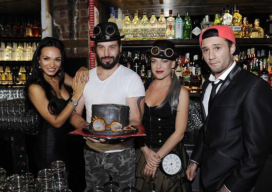 Před barem krájeli dort spolu se Sámerem Issou a Martinou Pártlovou.