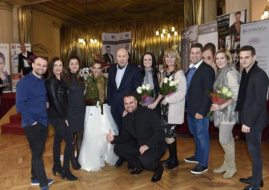 Celá parta v čele se starostou Prahy 1 Oldřichem Lomeckým s vítězným modelem