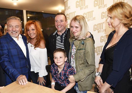 První manželka Karla Šípa Marcela Holanová si povídala s Karlem Gottem a jeho rodinou.