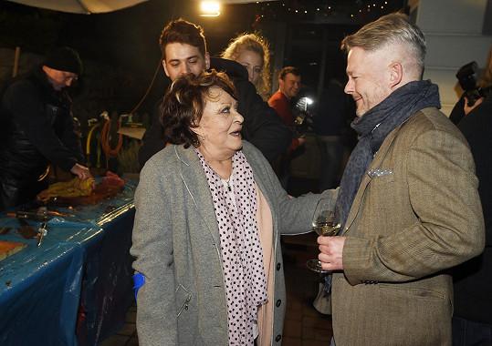Pro kapříka si přišla i Jiřina Bohdalová (na fotce s Alešem Hámou).