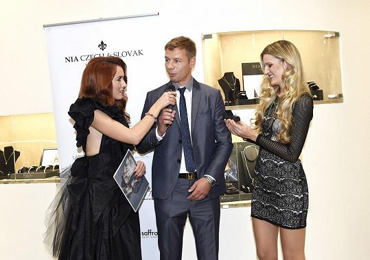 Veronika Procházková předala vítěznému dražiteli prsten a odnesla pro nadaci třináct tisíc korun.