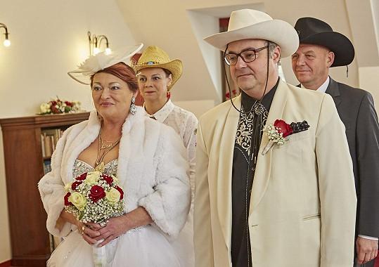 Svatební šaty si herečka sama vybrala.