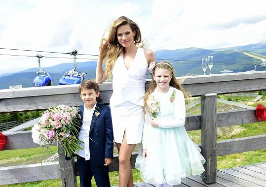 Vanesska v bílých družičkovských šatech i syn Daniel v obleku byli rozkošní.