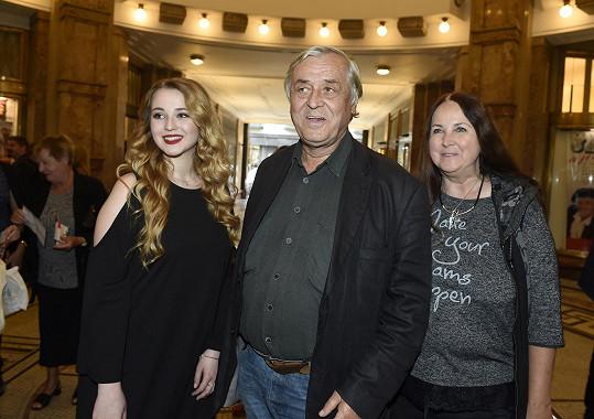 Nechyběl kmenový herec Divadla Bez Zábradlí Zdeněk Žák s manželkou a krásnou dcerou.