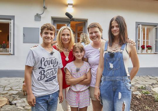 Moderátorka s první rodinou, které předělali bydlení.