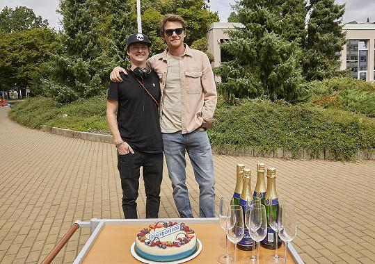 Kolegové jim připravili překvapení, takže přímo během natáčení oslavili 36. narozeniny.