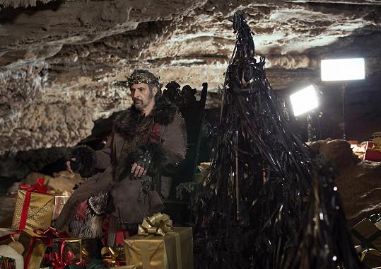 John Turturro ztvárňuje jak Santa Clause, tak i jeho ďábelského bratra.