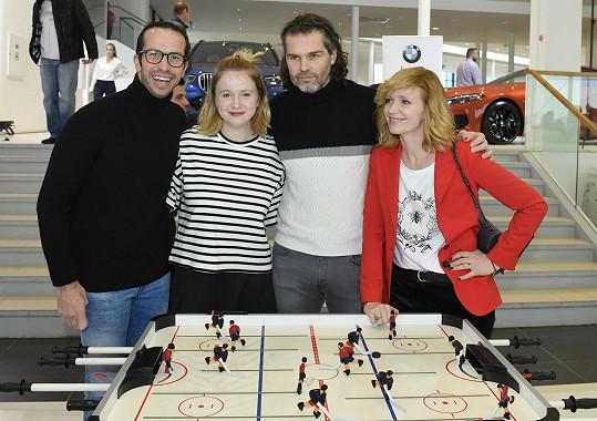 Radek Štěpánek, Marie Doležalová, Jaromír Jágr a Aňa Geislerová tvořili týmy na stolní hokej.
