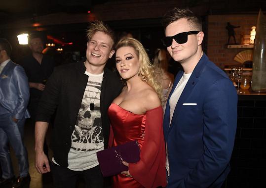 Dominika s Kamilem Bartoškem alias Kazmou, který číslo křtil, a se zpěvákem Mirem Šmajdou.