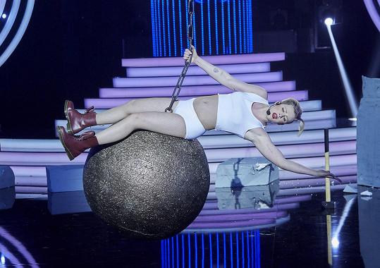 Adam Mišík ženy napodobit umí. Takto se proměnil v Miley Cyrus.