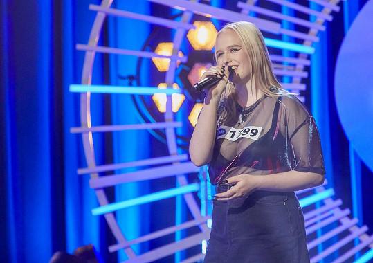 Vyvinutá blondýnka zazpívá píseň od Alanis Morissette.