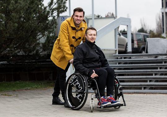 Leoš Mareš s vozíčkářem