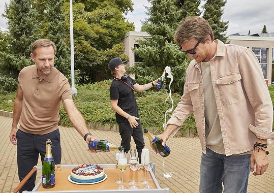 Režisér seriálu byl oslavou zaskočený a pak lehce zápasil s otevíráním šampaňského.