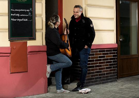 Jaro Slávik pózuje v kalendáři s pouliční muzikantkou.