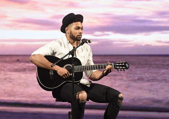 Jako volnou disciplínu si vybral zpěv s kytarou.