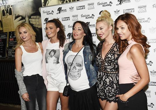Agáta s kolegyněmi misskami na módní show