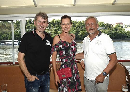 S Janou jsem se setkali na narozeninách kamaráda Pavla Plecháče (vlevo). Mezi hosty byl třeba i zpěvák Richard Tesařík.