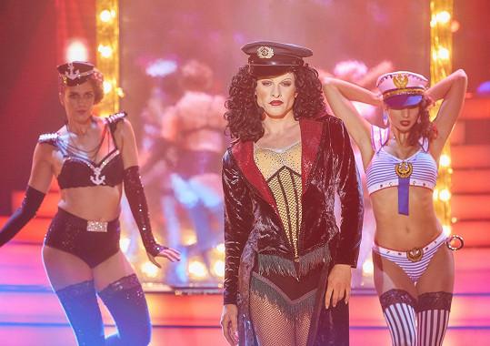 Kdo by hádal, že se za maskou sexy zpěvačky Cher skrývá tak hezký muž, že?