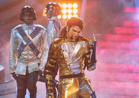Zazpíval Jacksonovu píseň They Don't Care About Us.