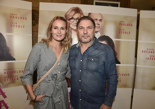 Petr Kolář s partnerkou Lenkou Chlupáčovou na premiéře filmu Ženská pomsta