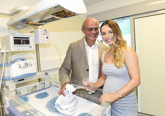 Spolu s ní otevíral porodnické a neonatologické oddělení Michal Horáček.