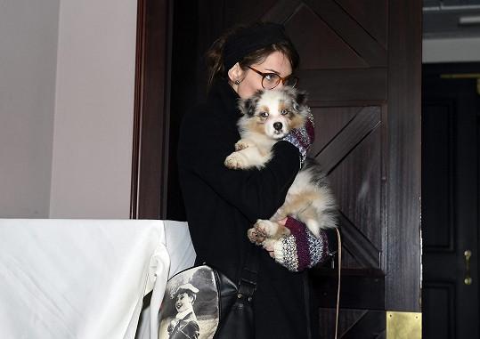 Veronika se během křtu starala o psa.