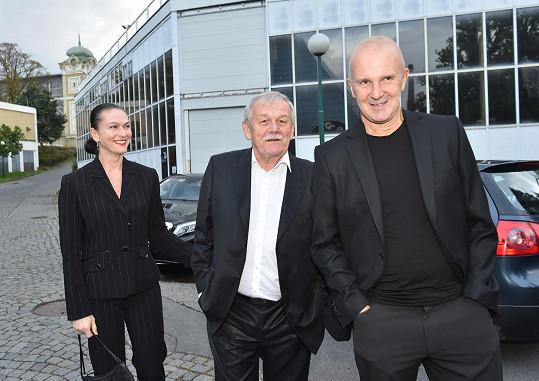 Karel Šíp s partnerkou a Ondřejem Soukupem.