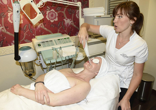 Čekala ji speciální přístrojová procedura na obličej.
