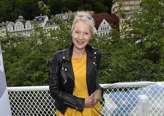 Irena Obermannová ve žlutých šatech představovala seriál Trapný padesátky.