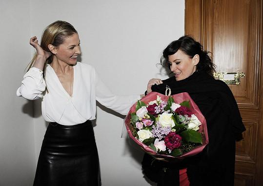 Čvančarová přinesla Němcové pugét.
