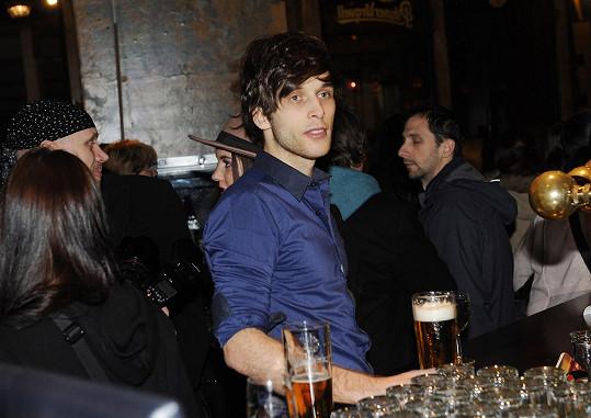 Přítel a muzikálový kolega Doubravové Roman Tomeš odpočíval na baru.