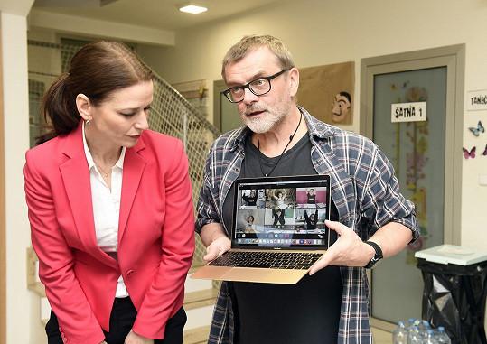 S režisérem Romanem Štolpou, s nímž brzy začne zkoušet i divadelní hru, prohlížela záběry.
