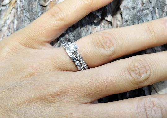 Andrea ukázala zásnubní i snubní prsten.