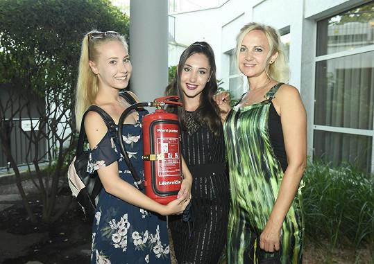 Natálie s maminkou Šárkou a sestrou Denisou a jejich narozeninovým dárkem