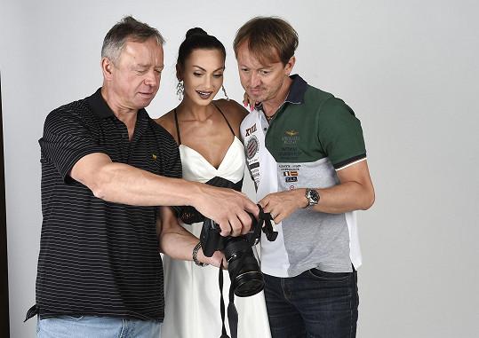 Eliška s fotografem a Petrem Svobodou, svým agentem.