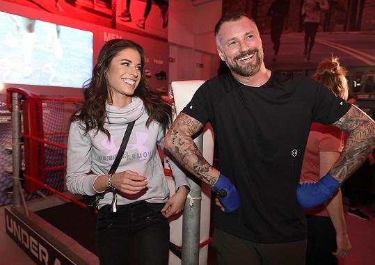 Modelka se přišla podívat na zápas v thajském boxu moderátora Petra Vágnera.
