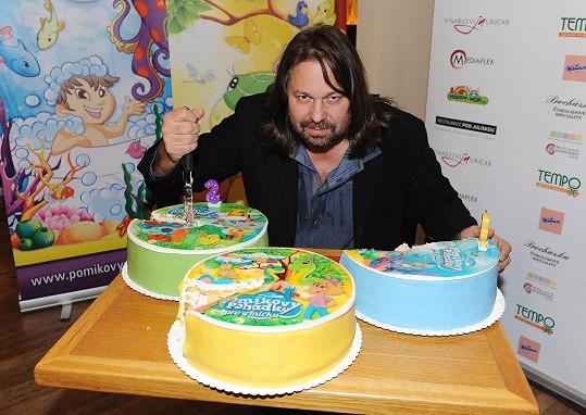Ke každému CD patřil jeden dort.