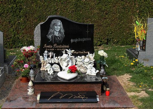 Hrob v Říčanech blížící se výročí moc nepřipomíná. Vyfoceno v neděli 28.4.