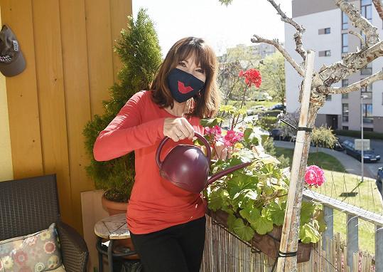 Pečuje také o rostlinstvo na malém balkóně.