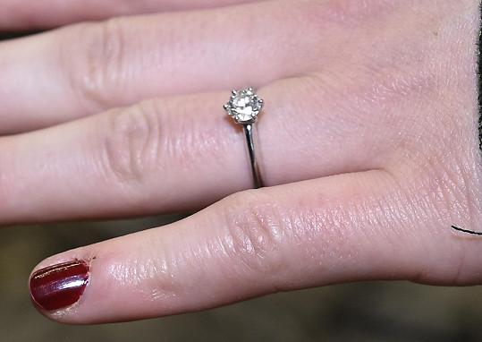 S tímto prstenem ji požádal o ruku.