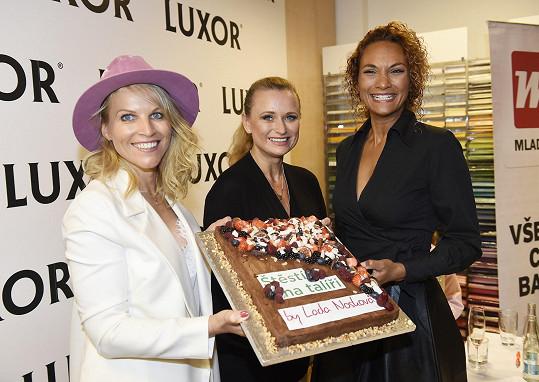 A také když se rozkrajoval slavnostní dort, okamžitě si kousek dala.