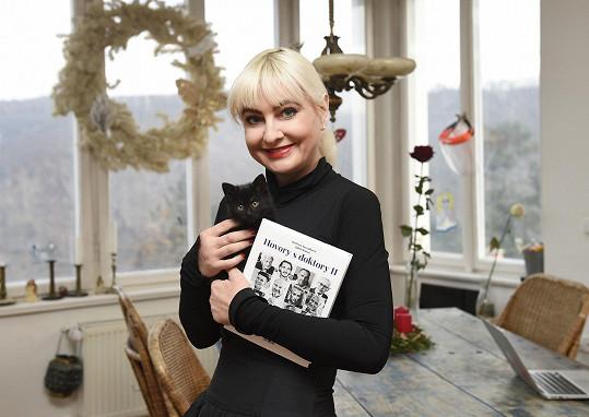 Bára nám ukázala svoji novou knihu i nové kotě.