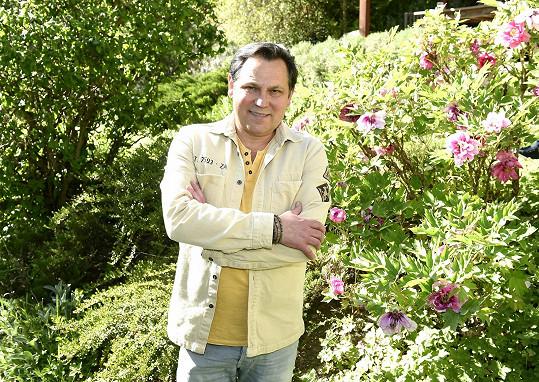 Pavel na zahradě ale jenom neodpočívá.