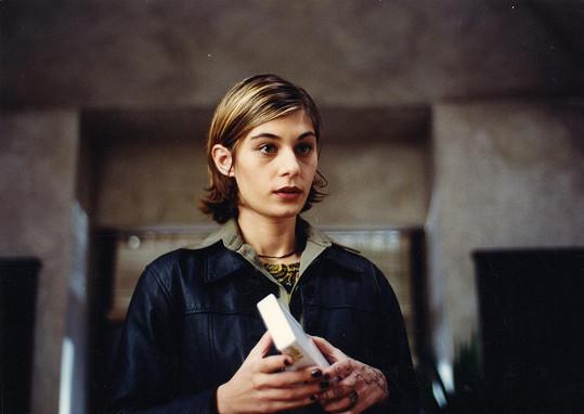 Labina Mitevska jako Vesna v Samotářích. Digitálně restaurovaná verze kultovního filmu má letos obnovenou premiéru po 20 letech. Do kin vstoupí 2. července.