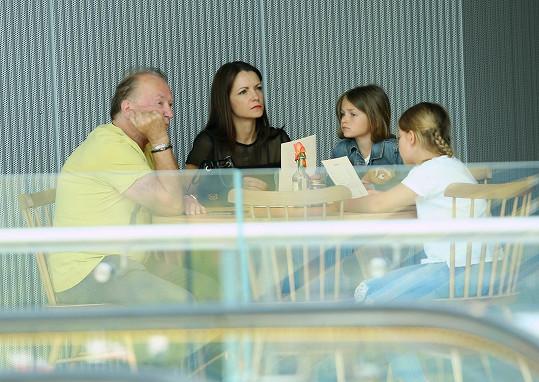 Rodinka vyrazila do kina, předtím zvládli večeři v restauraci.