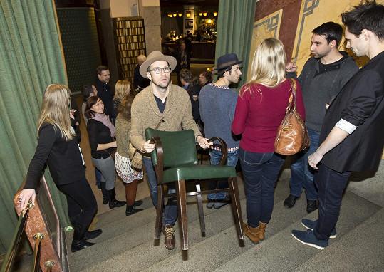 Například Lukáš Hejlík na nedostatek místa v sále vyzrál a do kinosálu si přinesl židli z kavárny.
