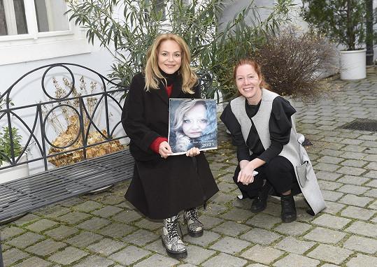 Velký vliv na podobu kalendáře měla excentrická vizážistka Kateřina Koki Mlejnková. Pomáhala ale i herečka Nikol Kouklová (vpravo).